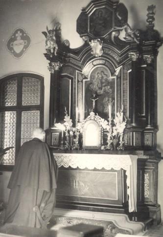 Márton Áron a püspöki kápolnában imádkozik